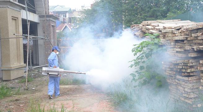 Dân phàn nàn phun thuốc xong muỗi không chết mà bay tràn vào nhà, chuyên gia nói gì?