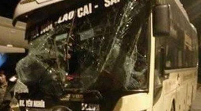Xe khách giường nằm lao vào đuôi xe tải chở cột bê tông, 5 người thương vong