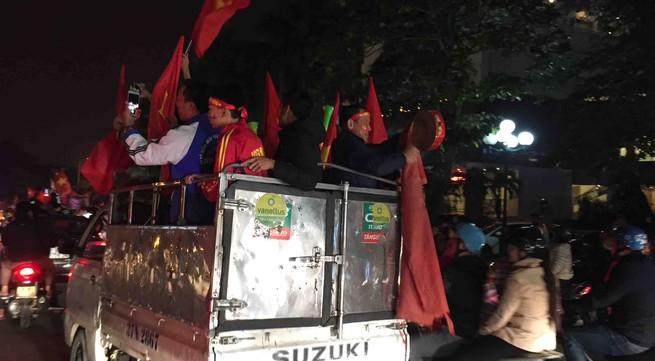 TP Vinh (Nghệ An): Hàng ngàn người ra đường ăn mừng đội tuyển Việt Nam vô địch