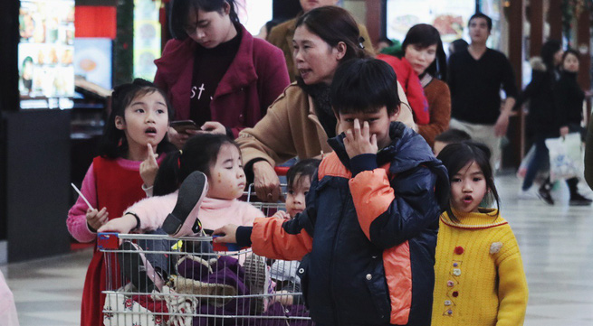 Thời tiết khắc nghiệt, trẻ em Hà Thành vẫn kéo nhau ra phố đón Tết Dương lịch