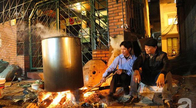 Chuẩn bị cho ngày Tết, người thành phố rủ nhau nấu bánh chưng ngay ngoài vỉa hè