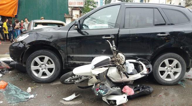"""Hiện trường vụ xe """"điên"""" mất lái đâm liên hoàn trước cổng BV Bạch Mai"""