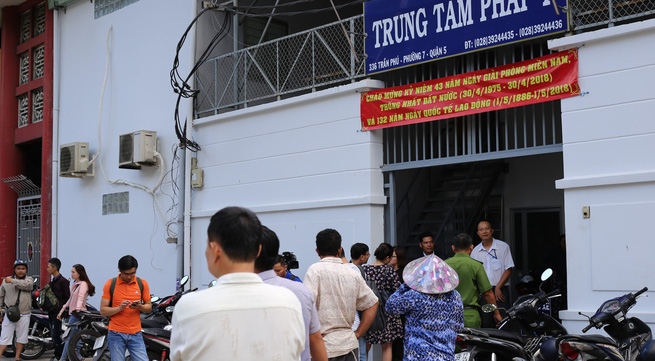 Vợ sắp cưới của 'hiệp sĩ' Nguyễn Hoàng Nam khóc ngất bên linh cữu của chồng