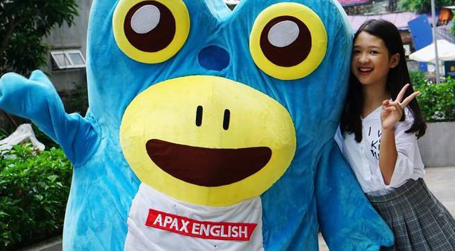 Tài năng nhí Dương Ngọc Ánh trải nghiệm vai trò MC trong chương trình của Apax English