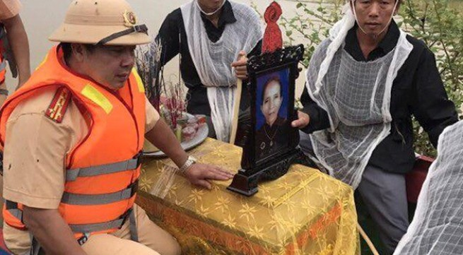 Cảnh sát giao thông dùng ca nô đưa tang người dân trong mưa lũ