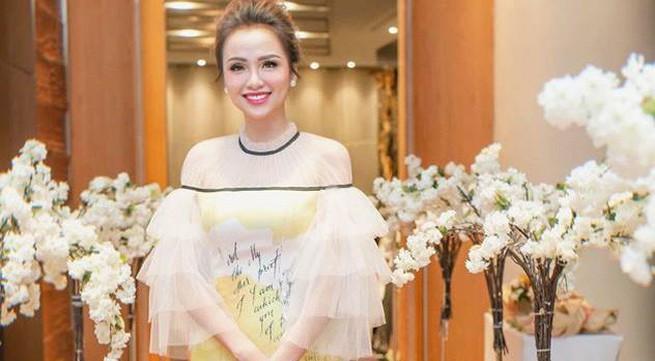 """Hoa hậu Diễm Hương bị tố """"kém sang"""" khi mượn đồ của nhà thiết kế"""