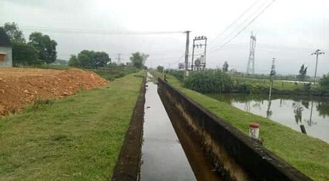 Trưởng thôn ngang nhiên xả chất thải bẩn xuống kênh tưới tiêu