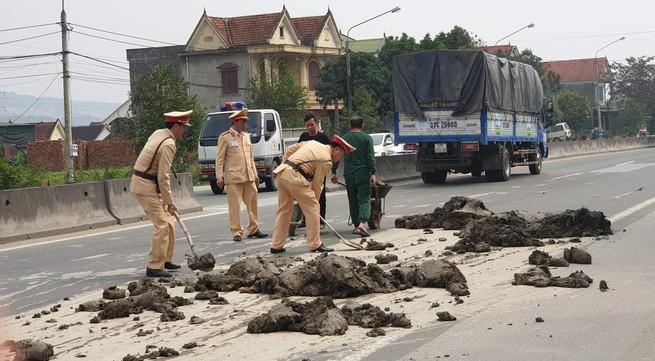 Hình ảnh CSGT Hà Tĩnh dọn dẹp đất bùn rơi vãi ra quốc lộ gây thiện cảm