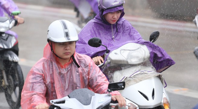 """Cơn mưa """"vàng"""" đổ xuống Thủ đô sau những ngày dài nắng nóng"""