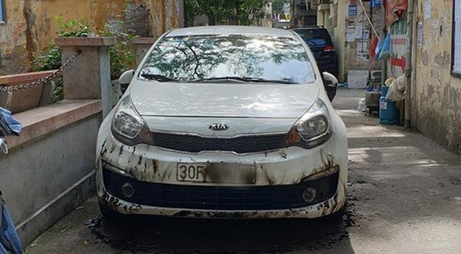 Đỗ xe ở khu vực lấn chiếm đường đi lại, chiếc ô tô bị dân đốt cháy xém, hư hỏng nặng