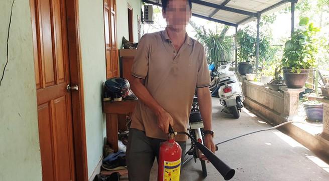 Cha dùng bình chữa cháy chống nhóm cướp có súng, cứu con trai