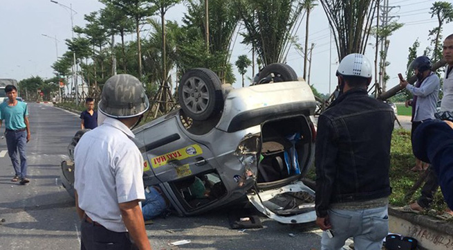 Hà Nội: Xe Ford EcoSport gây tai nạn khiến 2 xe ô tô lật rồi bỏ chạy