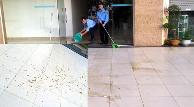 Sốc: Chất thải của người bị hắt từ tầng cao xuống sảnh chung cư ở Hà Nội