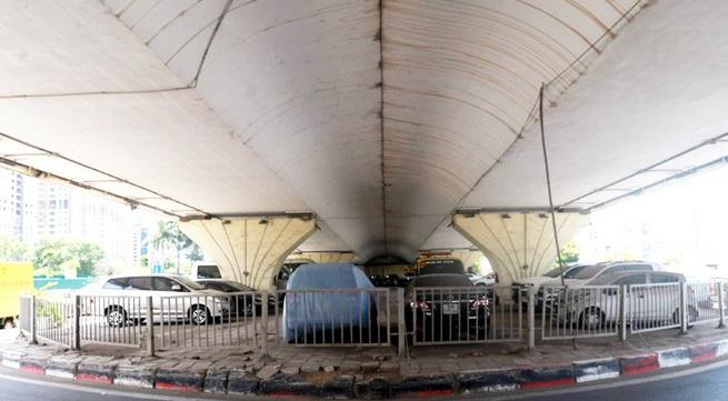 Bộ GTVT không đồng ý nhưng Hà Nội vẫn trông giữ xe dưới gầm cầu vượt