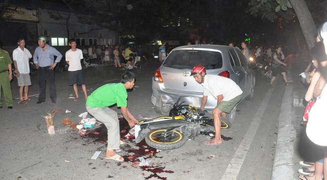 Đâm vào ô tô, 2 thanh niên thiệt mạng