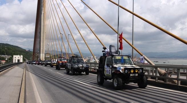 Sôi động khai mạc giải đua xe địa hình Hạ Long 2013