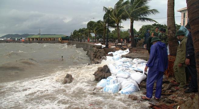 Quảng Ninh: Bão số 5 đánh vỡ kè đường bao biển Hạ Long
