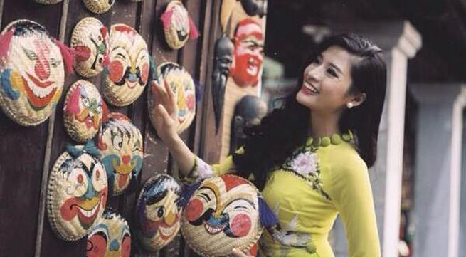 Người mẫu Phan Hoàng Thu du xuân với áo dài tha thướt