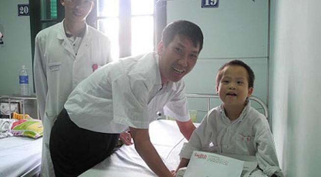 Trao tiếp 10 triệu đồng tới bé 5 tuổi mồ côi bị nhiễm trùng nặng
