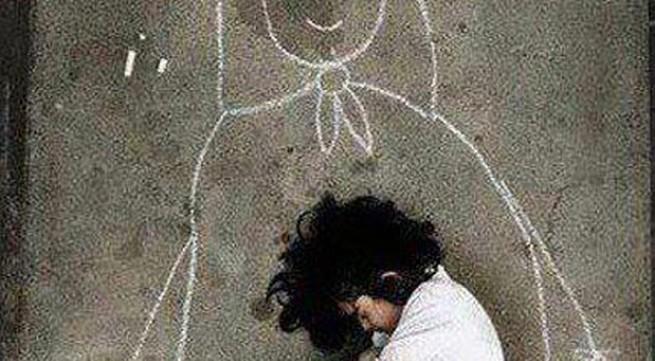 Rơi nước mắt câu chuyện về cô bé ngày ngày chờ mẹ bên cổng trường