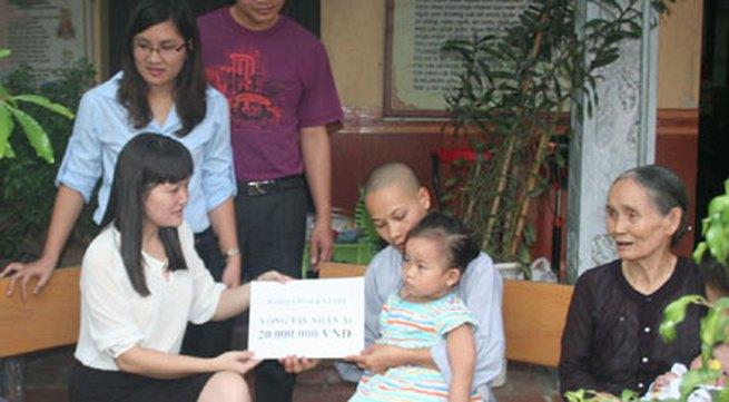 Hồn nhiên ánh mắt 5 em bé bị bỏ rơi ở cổng chùa