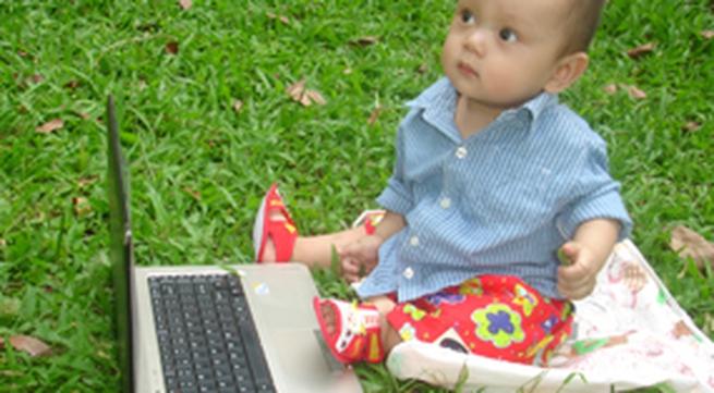 Vừa xài laptop vừa ti bình sữa
