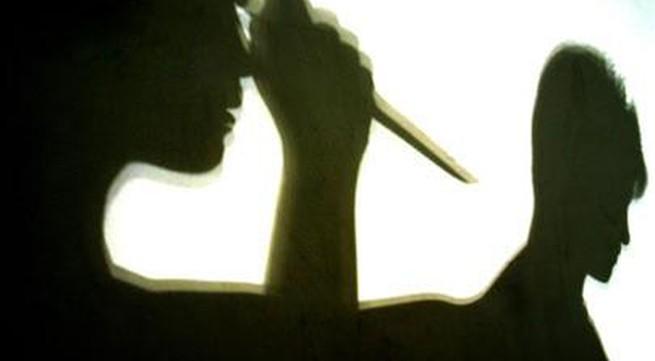 Kinh hoàng chồng đâm vợ cũ 12 nhát dao giữa phố cổ