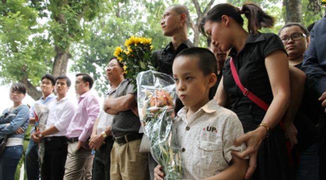 Hàng ngàn người đến viếng Đại tướng Võ Nguyên Giáp tại nhà riêng