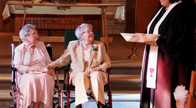 Cảm động đám cưới của 2 cụ bà 90 tuổi sau... 72 năm yêu nhau