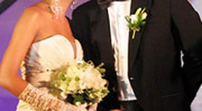 Phi Thanh Vân thay 7 áo cưới trong ngày vui