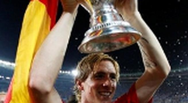 """Clip diễn biến trận chung kết Euro 2008: """"Bò tót"""" húc đổ """"xe tăng"""""""
