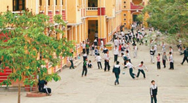 """Thầy giáo và phụ huynh trường THCS Chu Văn An """"múa võ"""" trước cổng trường"""