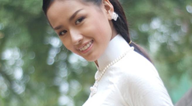 Mai Phương Thúy tinh khôi với áo dài trắng
