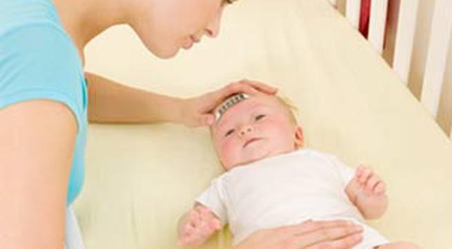 Sốt ở bé sơ sinh, dấu hiệu cần đi khám sớm