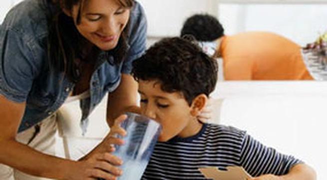 Trẻ lười uống sữa bột, có thể thay thế bằng sữa tươi?