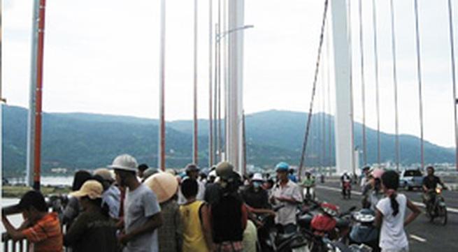 Tự tử trên cầu Thuận Phước