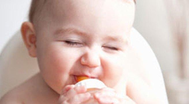 Cho bé uống sữa tươi có tốt bằng sữa bột?