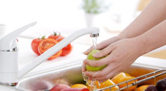 Cách rửa sạch quả nho, táo, đào và dâu tây