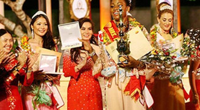 Quý bà Bờ biển Ngà bất ngờ với danh hiệu Mrs. World Áo dài