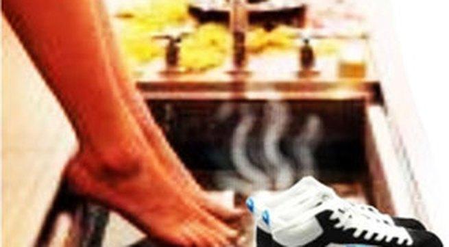 Để khử mùi hôi chân khi đi giầy tất được hiệu quả