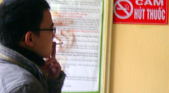 Cấm hút thuốc lá nơi công cộng: Loay hoay xử phạt