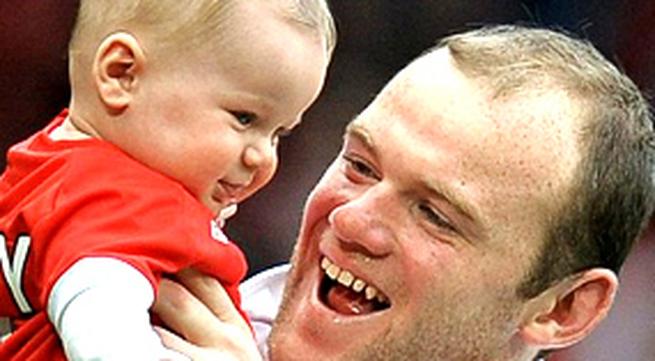 Ảnh: Rooney khoe con trai đầu lòng ngay trên sân đấu