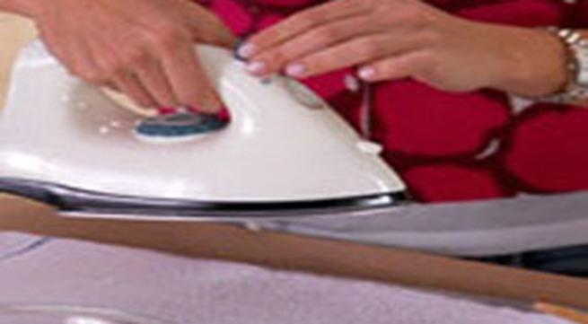 7 mẹo rửa sạch vết bẩn trên mặt bàn là