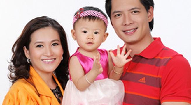 Gia đình Bình Minh chụp ảnh mừng con gái tròn 1 tuổi