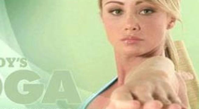 Người mẫu khoả thân biểu diễn Yoga