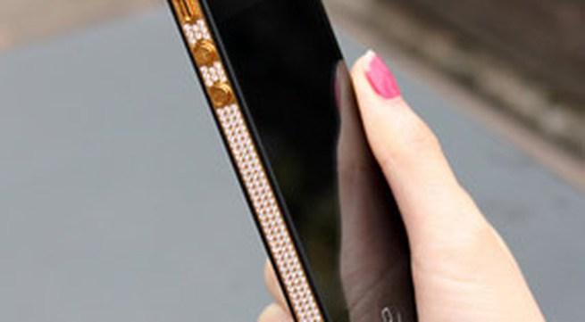 iPhone 4 mạ vàng, đính đá giá khoảng 40 triệu đồng