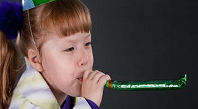 Cấm trẻ dưới 8 tuổi thổi bóng bay