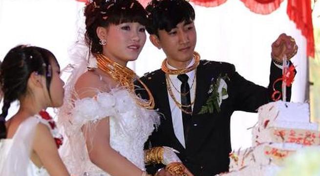 """Tái xuất đám cưới """"khủng"""" với đầy vàng và siêu xe tại phố núi Hà Tĩnh"""