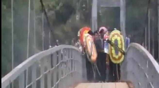 Kinh hãi xem Clip quay vụ sập cầu ở Lai Châu