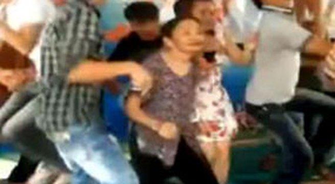 Clip cụ bà nhảy nhạc sàn 'lên đồng' trong đám cưới ở quê